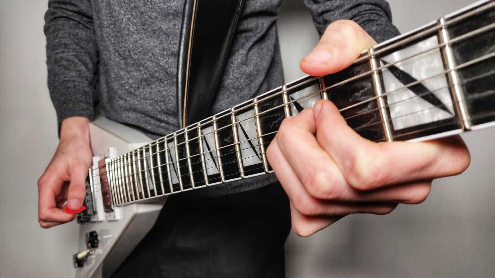 You are currently viewing How to Do & Use Pinch Harmonics on Electric Guitar